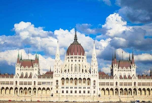 Parlamento-hungaro-en-Budapest-de-dia